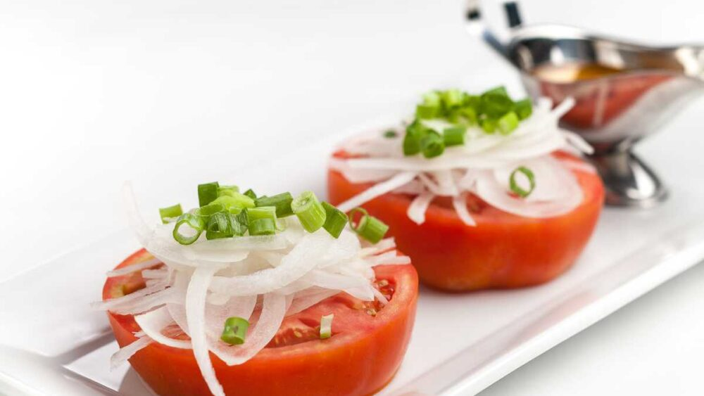 Beefsteak tomatoes with sliced onions